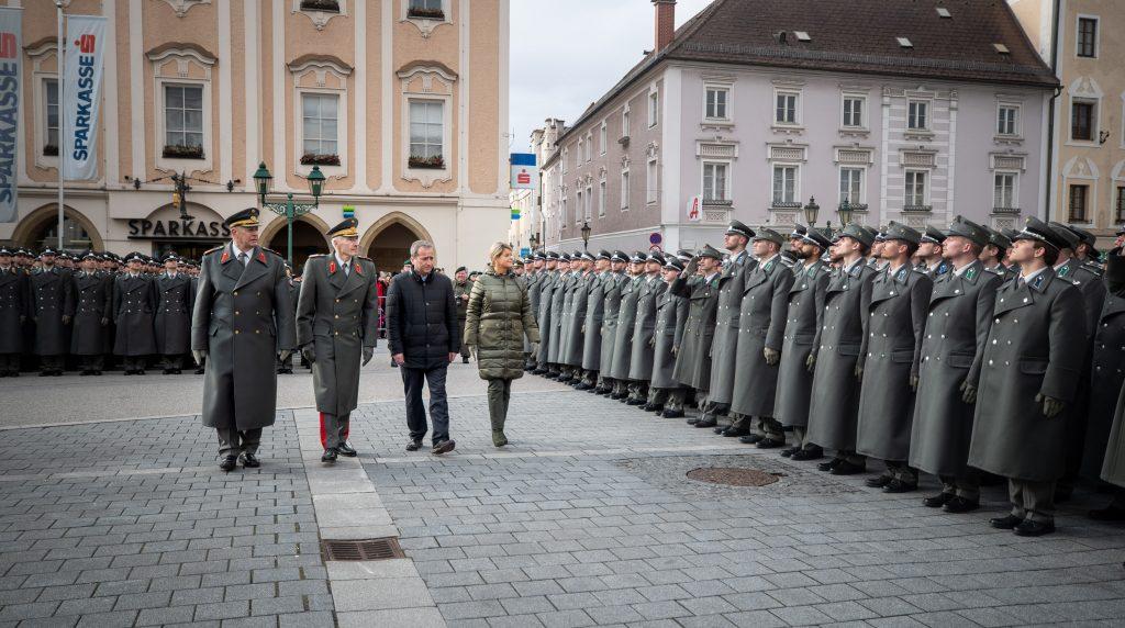 Verteidigungsministerin Klaudia Tanner schreitet die Front ab.